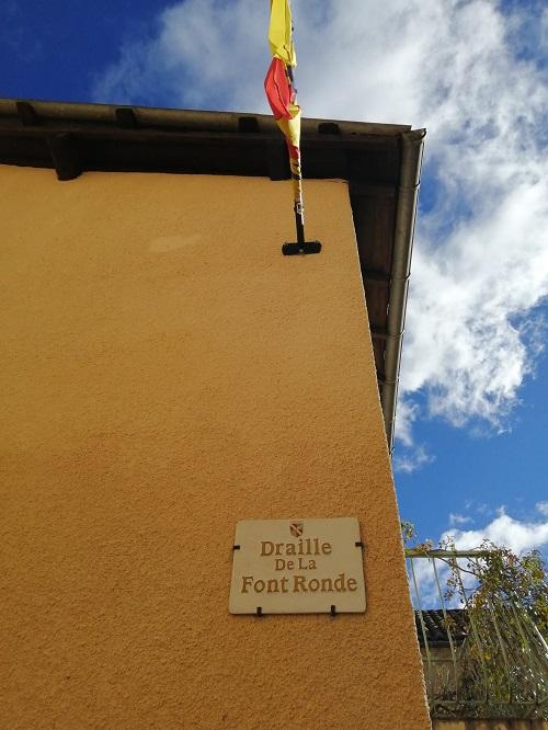Plaque et drapeau de la place de la Font Ronde
